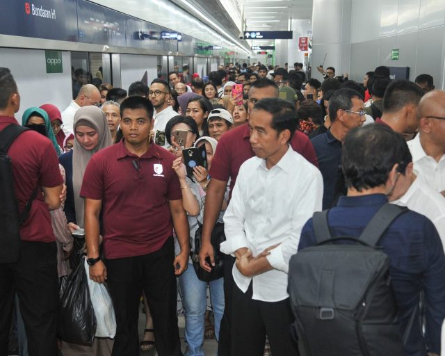 Naik MRT ke Lebak Bulus dari Grand Indonesia, Capres #01 Jokowi Berdiri