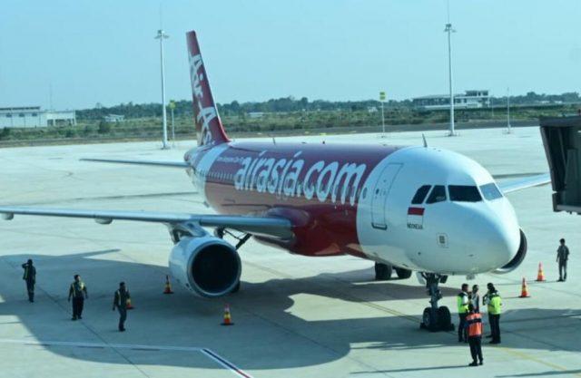 PESAWAT INDONESIA AIR ASIA LANDING PERDANA DI BANDARA KERTAJATI BAWA 133 PENUMPANG