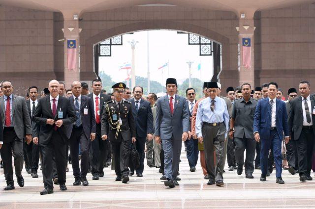 Kompak Berpeci, Presiden Jokowi dan PM Mahathir Salat Jumat Bersama