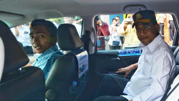Menhub Budi Karya Jajal Taksi Berbasis Listrik