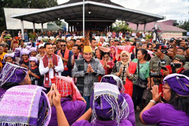 Gubernur Sumut Buka Festival Danau Toba, 1.024 Orang Pakai Bulang Sulappei Pecahkan Rekor MURI