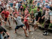 Perang Topat Simbol Kesuburan dan Perdamaian Antar Umat di Lombok
