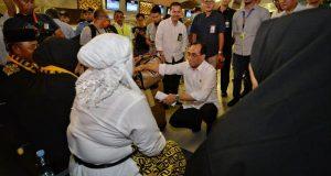 Menhub Temui Calon Jamaah Umroh di Bandara Internasional Soekarno-Hatta yang terdampak penangguhan sementara akses masuk Warga Negara Asing ke Arab Saudi