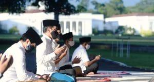 Presiden Jokowi Salat Idulfitri di Halaman Wisma Bayurini