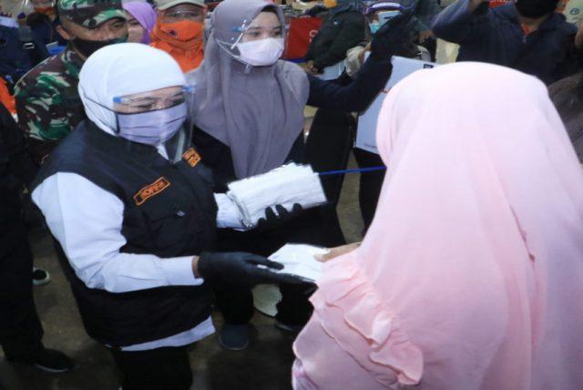Bagikan Masker dari Presiden ke Pedagang Pasar di Surabaya, Gubernur Jatim : Efektif Cegah Penularan Hingga 60 Persen halo indonesia