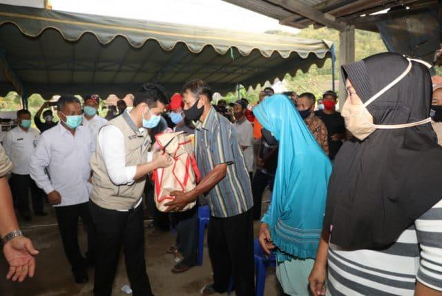 Respon Jembatan Putus di Pacitan, Wagub Sumut Serahkan Bantuan kepada Warga Terdampak