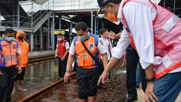 Menhub Tinjau Banjir di Stasiun Tawang