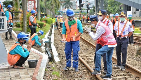 Menhub Tinjau Program Padat Karya Sektor Perkeretaapian di Jawa Barat