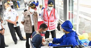 Menhub Bersama Menko PMK Tinjau Pelaksanaan Vaksinasi di Stasiun KRL Jakarta Kota